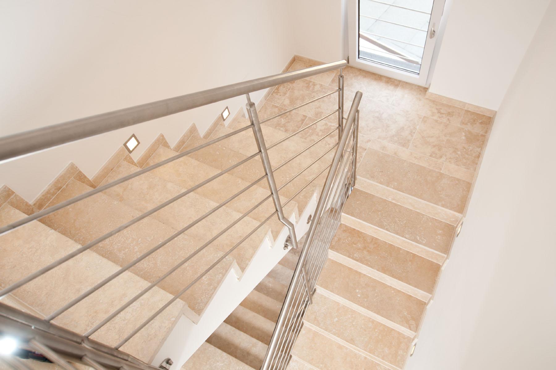 Gewendelte treppe fliesen fabulous treppen mit fliesen in - Fliesen legen dauer ...
